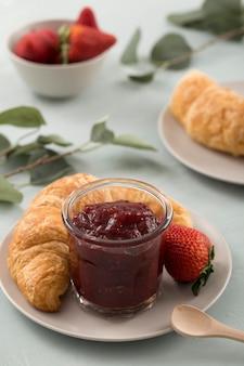 Słodki domowy naturalny dżem truskawkowy i rogalik