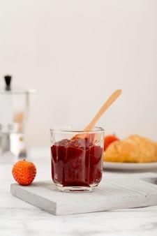 Słodki domowy naturalny dżem truskawkowy