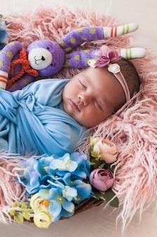 Słodki dziecko marzy w koszu