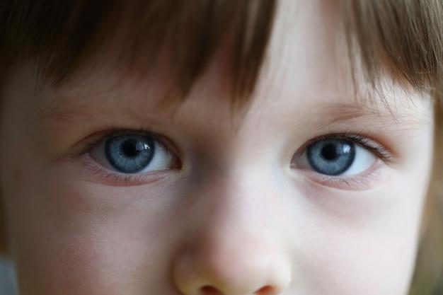 Słodki dziecko pozuje na kamera portrecie