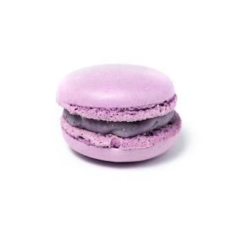 Słodki fioletowy makaronik na białym tle