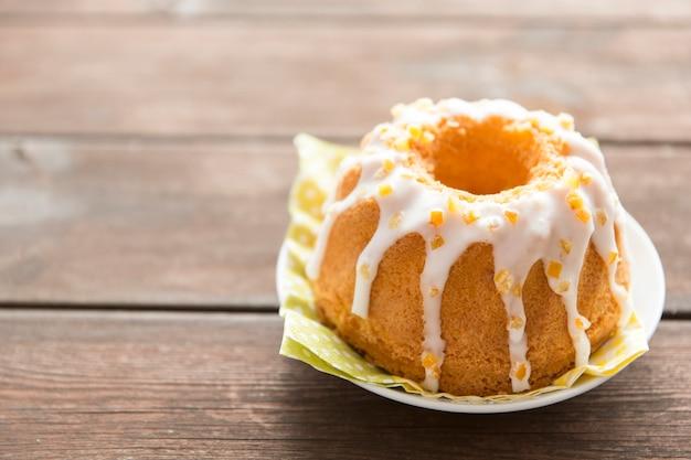 Słodki garnirujący wielkanoc tort na drewnianym stole