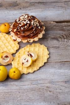 Słodki gofr i ciasto z kremem na drewnie