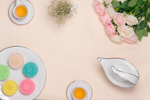 Słodki kolor śnieżnej skóry mooncake. tradycyjne potrawy festiwalowe w połowie jesieni z herbatą na stole.