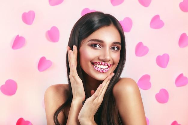 Słodki makijaż valentine hearts. walentynki makijaż usta z różowym sercem cukru posypką. pocałunek w usta. . walentynki.