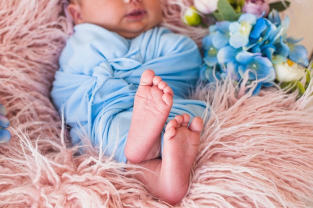 Słodki mały noworodek na kocu