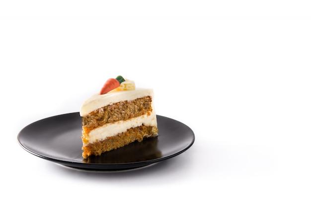 Słodki marchwianego torta plasterek na talerzu odizolowywającym na białym tle.
