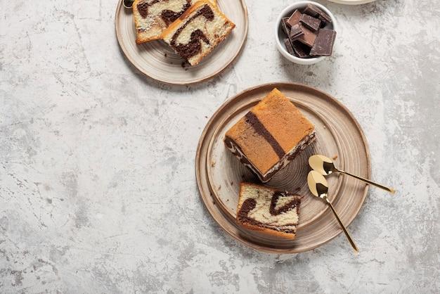 Słodki marmurowy tort z czekoladą na świetle, widok z góry na dół