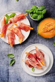 Słodki melon i szynka