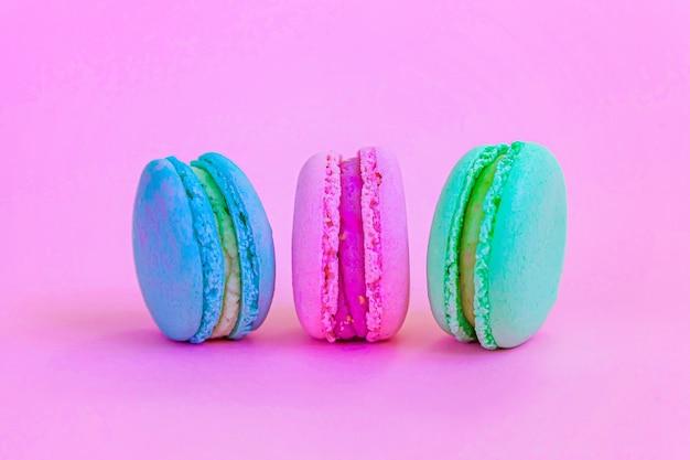 Słodki migdałowy kolorowy makaronik lub makaronik tort na białym tle