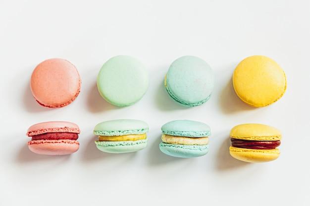 Słodki migdałowy kolorowy pastelowy różowy niebieski żółty żółty zielony makaronik lub makaronik