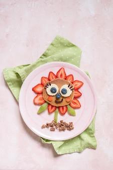 Słodki naleśnik z jagodami na śniadanie dla dzieci