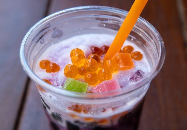 Słodki napój gazowany z galaretką.