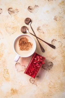 Słodki napój kawowy w formie serc na walentynki