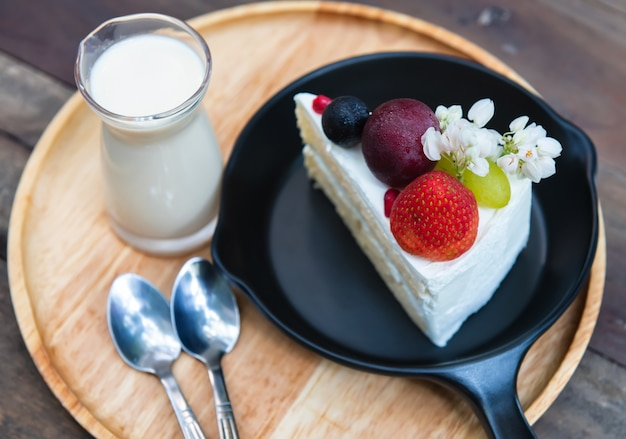 Słodki owocowy kremowy tort podawaj.