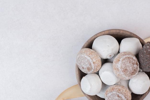 Słodki piernik z szyszką na drewnianym talerzu