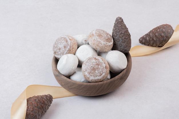 Słodki piernik z szyszką na drewnianym talerzu.