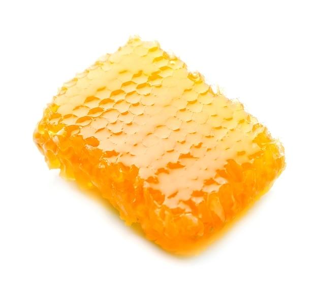 Słodki plaster miodu na białym tle