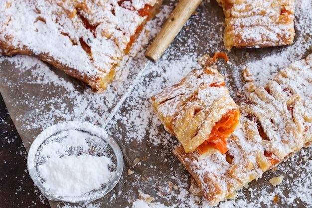 Słodki ptyś z dynią, posypany cukrem pudrem.