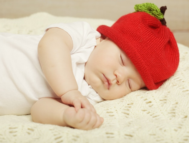 Słodki sen o dziecku w czerwonym kapeluszu