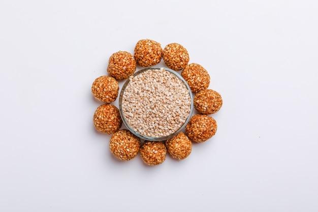 Słodki sezam laddu w szklanej misce indyjski festiwal makar sankranti
