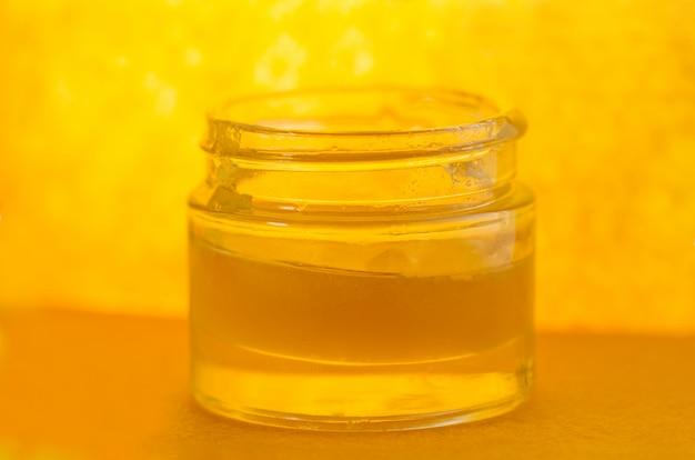 Słodki słoik miodu. organiczny słodki słoik miodu.