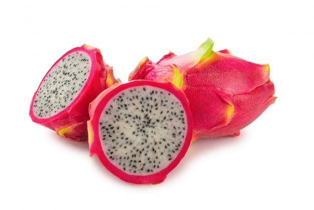 Słodki smaczny owoc smoka lub pitaya na białym tle