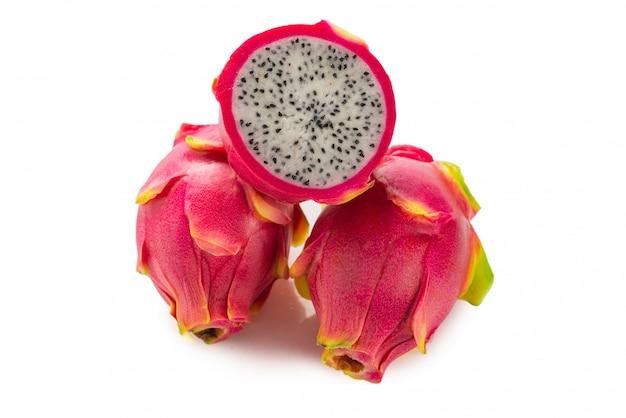 Słodki smaczny owoc smoka lub pitaya na białym tle.
