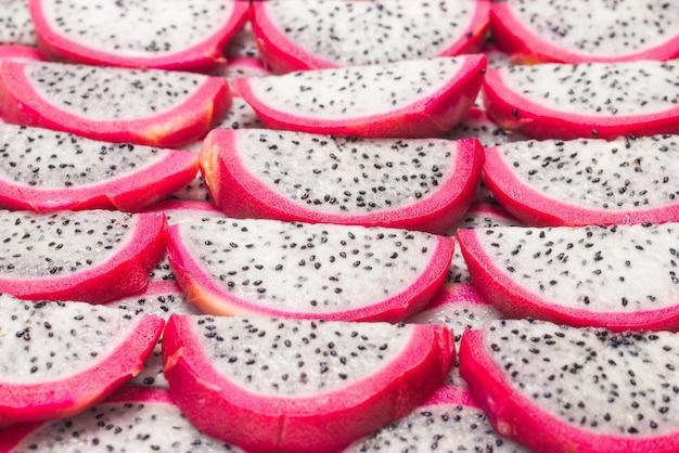 Słodki smaczny owoc smoka lub plasterki pitaya.