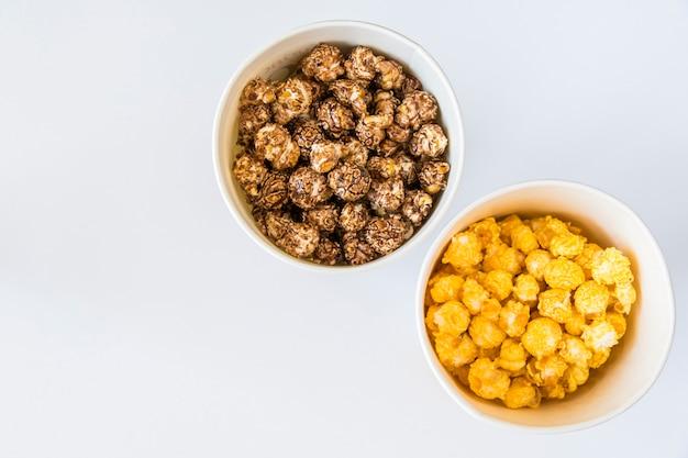 Słodki smażony popcorn w misce na białym tle