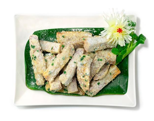 Słodki śnieżny cukier taro powlekany na białym talerzu na białym tle