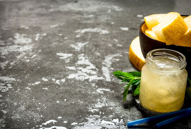 Słodki sok z melona.