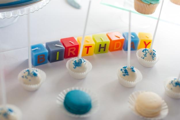 Słodki stół jako batonik z różnymi słodyczami na obiedzie lub imprezie