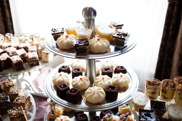 Słodki stolik na weselu. trendy w dekoracji.
