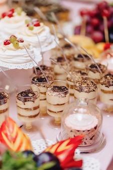 Słodki świąteczny bufet, owoce, czapki, makarony i mnóstwo słodyczy