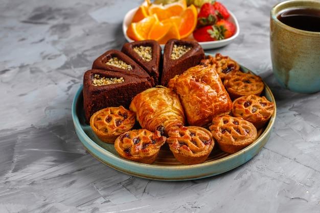Słodki talerz z różnymi słodyczami.