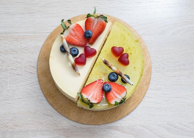 Słodki tort ozdobiony serduszkami