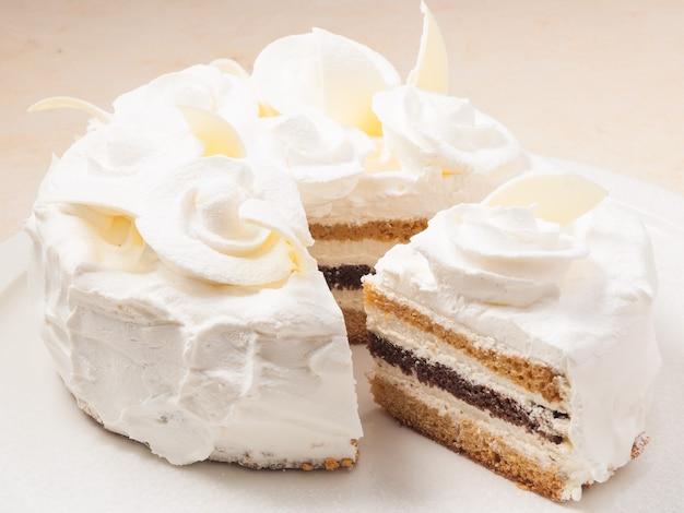 Słodki tort z biszkoptem mleczno-czekoladowym