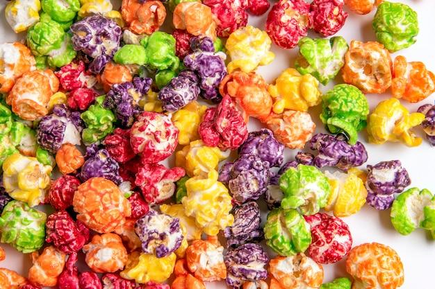 Słodki wielobarwny popcorn z bliska
