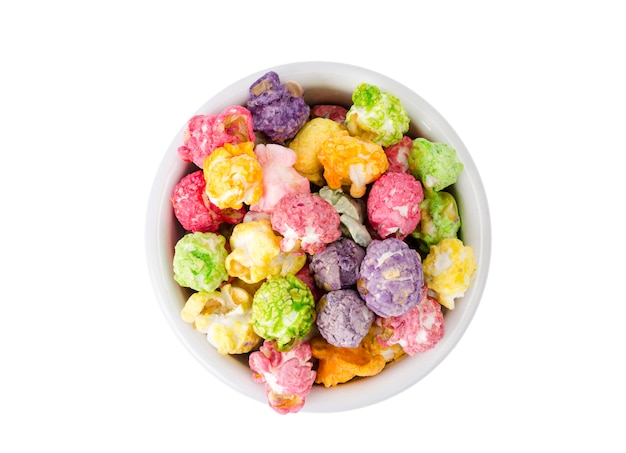 Słodki wielokolorowy karmelowy popcorn w białej misce