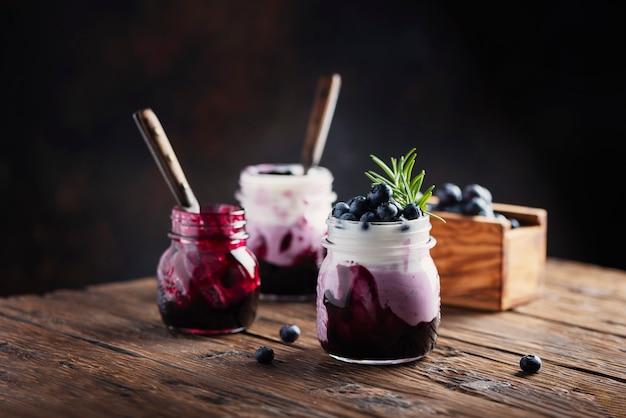 Słodki zdrowy jogurt z jagodami