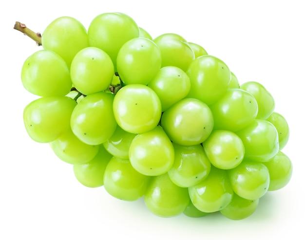 Słodki zielony winogron z liśćmi na białym tle