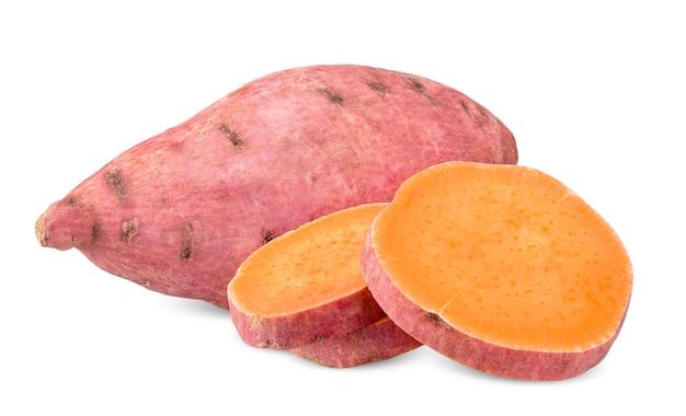 Słodki ziemniak i plasterki na białym tle