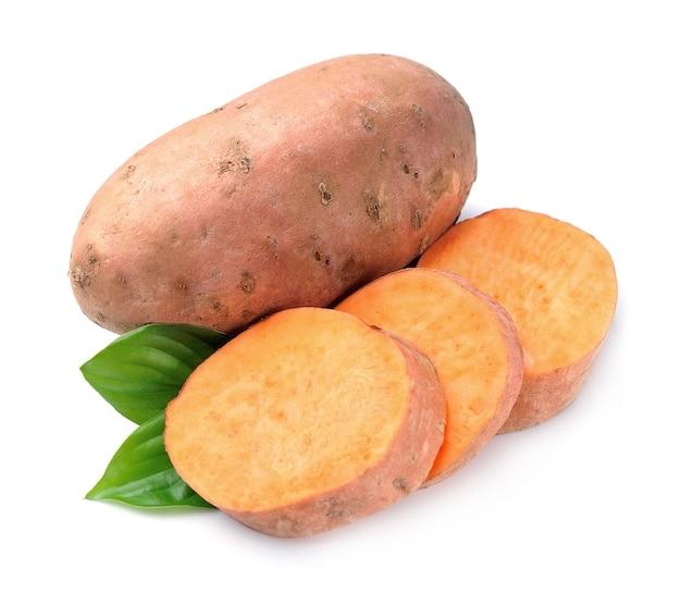 Słodki ziemniak na białym tle. warzywa.