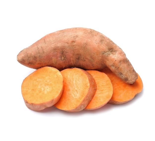 Słodki ziemniak na białym tle.