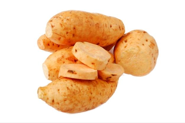 Słodki ziemniak. pojedynczo na białym tle.