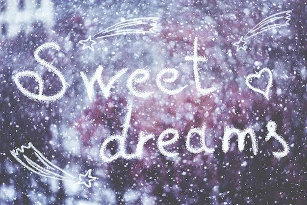 Słodkich snów, napisany ręcznie na tle zimy śnieżycy, stonowanych.