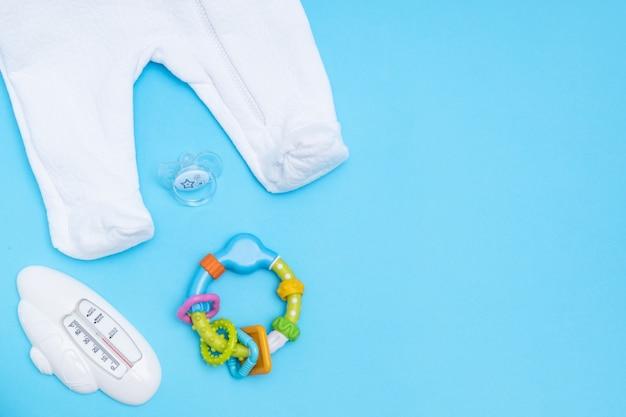 Słodkie akcesoria dla niemowląt. kopiowanie miejsca widok z góry leżał płasko.
