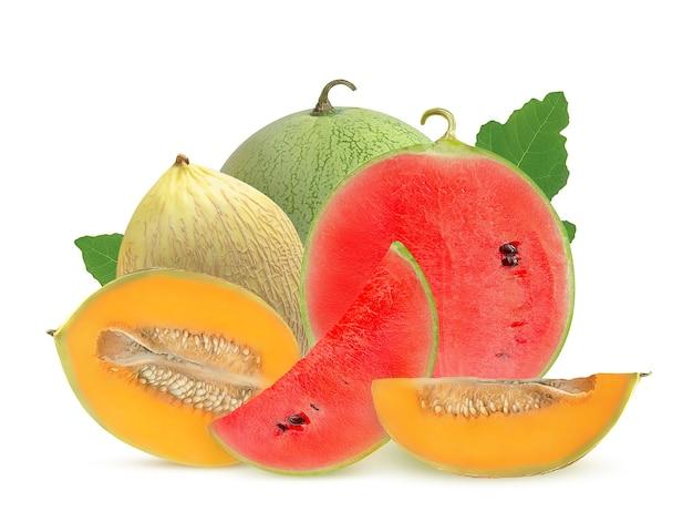 Słodkie arbuzy i melony na białym tle