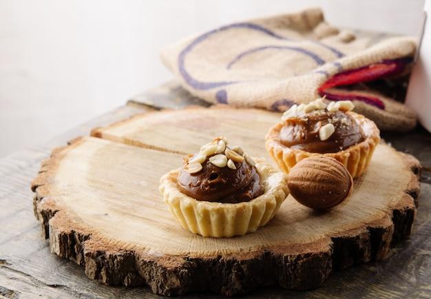 Słodkie babeczki czekoladowe na drewnianym stojaku. martwa natura